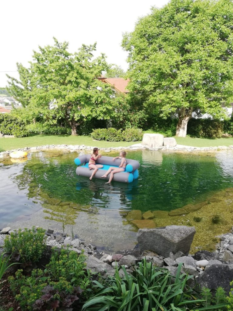Julia und Conny am GT-Sofa im Schwimmteich
